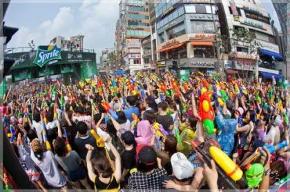 Koreans fight off Summer in a grand water fighting festival