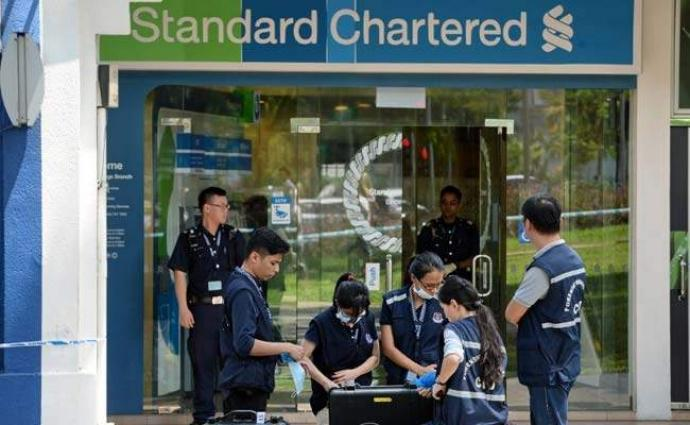 Unique bank robbery with a piece of paper in Singapore, the safest city of Asia
