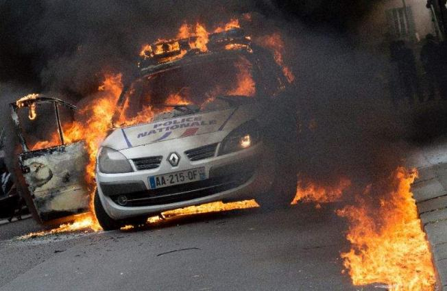 French police attacked, cars torched over death in custody