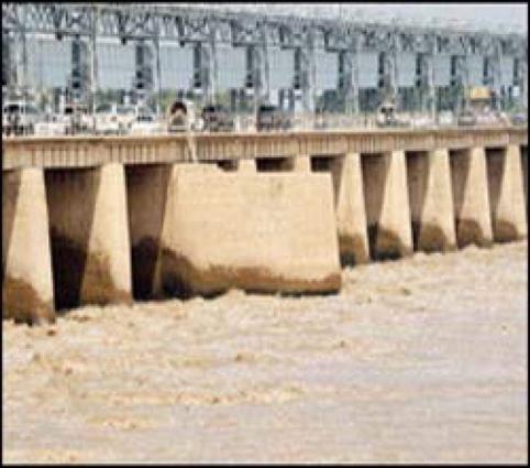 River Indus in low flood at Guddu Barrage
