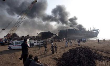 ارتفاع حصيلة الحريق في سفينة بباكستان إلى 11 قتيلا و 58 جريحا