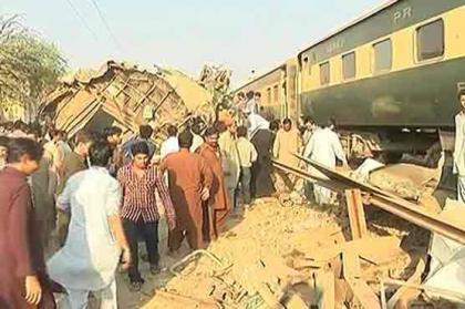 مقتل 17 شخصا وإصابة العشرات في حادث اصطدام بين قطارين في مدينة كراتشي الباكستانية