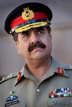 رئيس أركان الجيش الباكستاني يحضر تشييع جنازة جنود في مدينة جهلم