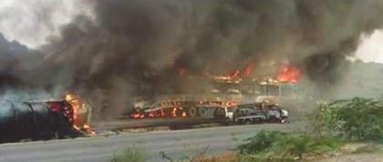 مقتل اثنين وإصابة عشرة أشخاص بحريق في ناقلة بإقليم السند