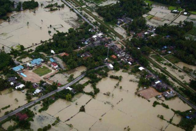 Floods hit Malaysia, thousands evacuated