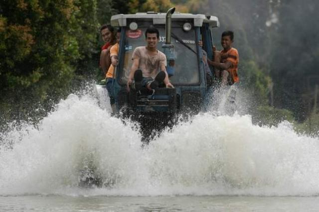 Thousands still stranded in Malaysia floods
