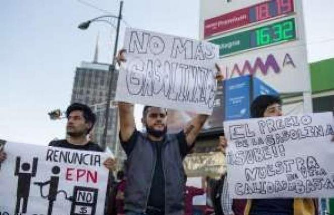 Mexican police officer killed amid gas price protests