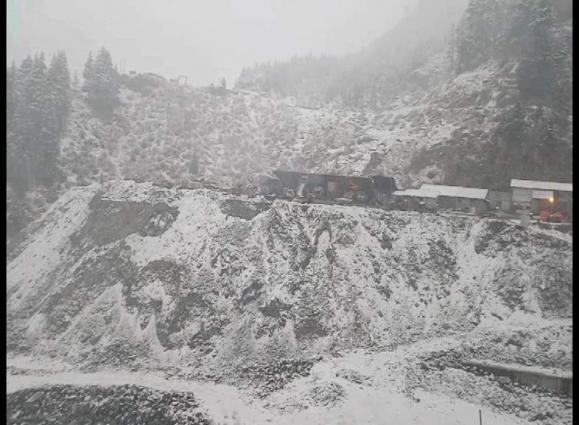 Heavy snowfall in Neelum, Leepa valleys obstructs linking roads