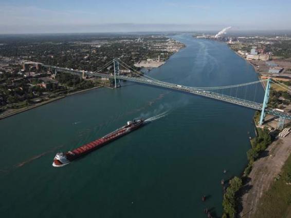 Bomb threat closes key US-Canada border crossing