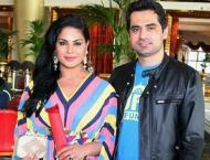 Veena Malik mad e a financial scarifice for Asad Khattak: Mufti N ..