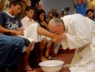 Pope Francis washes prisoners' feet in Holy Week ritual