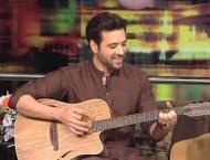 Mikaal Zulfiqar sings 'Lahore di aa' on guitar