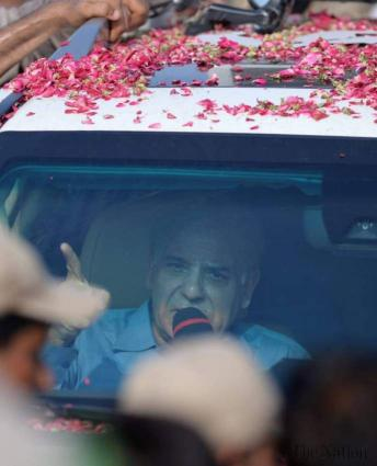 Shehbaz Sharif, Hamza Shehbaz remained in car throughout Nawaz's homecoming rally