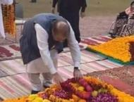 Nawaz Sharif visits Begum Kulsoom's grave, offers Fateha