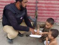 Policeman shares meal with children during Muharram duty, picture ..