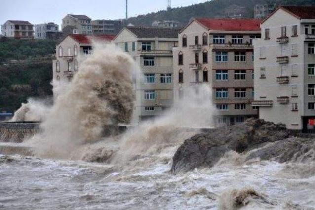 Typhoon Barijat disrupts traffic in Hainan