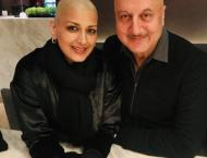 Sonali Bendre twins with Anupam Kher in latest picture
