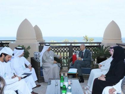 المنصوري يستعرض التعاون الاقتصادي والتجاري مع عدد من المشاركين في القمة العالمية للحكومات