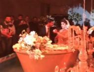 Faisalabadi couple enters their wedding in golden boat, video goe ..