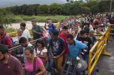 Venezuelans crossing into Colombia