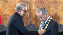 الرئيس الباكستاني يقلد رئيس الوزراء الماليزي أعلى الوسام ..