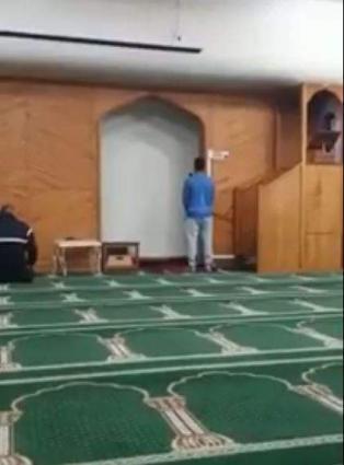 Muslims offer Asr prayer in same New Zealand mosque despite carnage
