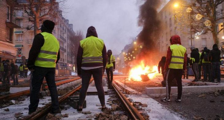 Police Fire Tear Gas as Yellow Vest Rallies Continue for 18th Consecutive Weekend in Paris