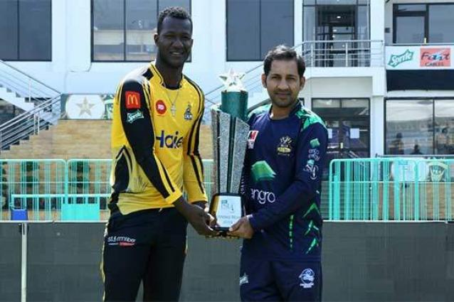 Quetta Galdiators, Peshawar Zalmi captains pose with PSL trophy