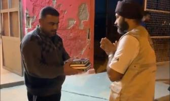 Sikhs win over hearts by distributing Quran copies at refugee cam ..