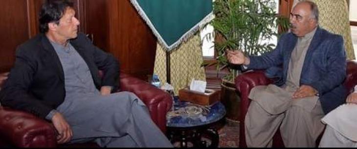 حاکم اقلیم خیبربختونخوا شاہ فرمان یلتقي رئیس الوزراء الباکستاني عمران خان