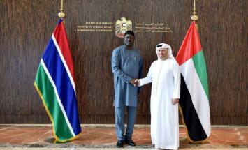 قرقاش يلتقي وزير خارجية غامبيا