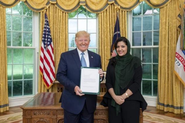 السفیرة السعودیة لدي الولایات المتحدة ریما بنت بندر تسلِّم أوراق الاعتماد للرئیس الأمریکي دونالد ترامب