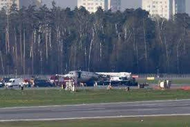 Russians hail 'hero' pilot after Moscow emergency landing