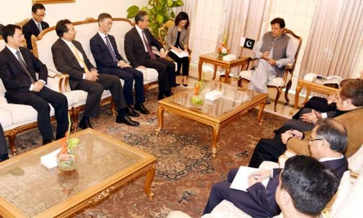 وزیر الخارجیة الصیني یلتقي رئیس وزراء جمھوریة باکستان الاسلامیة عمران خان