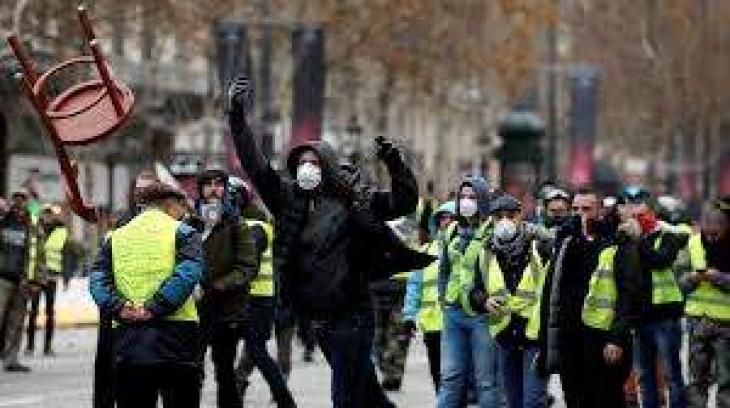 Police Use Tear Gas to Disperse Yellow Vest Protesters in Paris