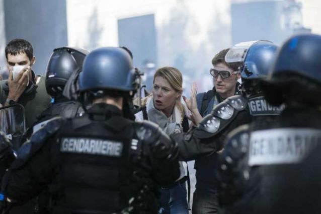 'Black bloc' protesters spoil Paris climate march amid violent clashes