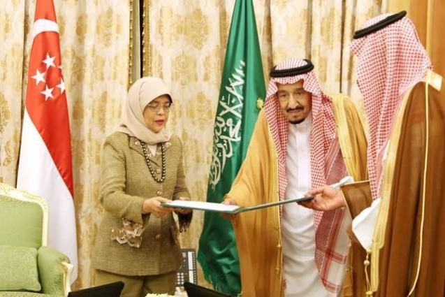 الملک السعودي سلمان بن عبدالعزیز یستقبل رئیسة جمھوریة سنغافورة حلیمة یعقوب