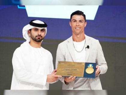 منصور بن محمد يكرم المتحدثين بمؤتمر دبي الرياضي الدولي الـ 14