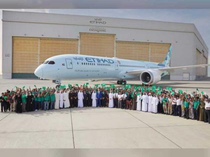 ذياب بن محمد بن زايد يشهد وصول أحدث طائرات الاتحاد للطيران الصديقة للبيئة