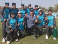 Jonty Rhodes teaches the art of fielding to women cricketers