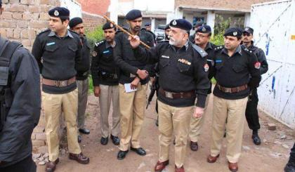 Mardan police arrests two narcotic smugglers in peshawar