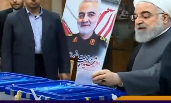 الرئیس الایراني حسن روحاني یدلي بصوتہ في الانتخابات البرلمانیة الایرانیة