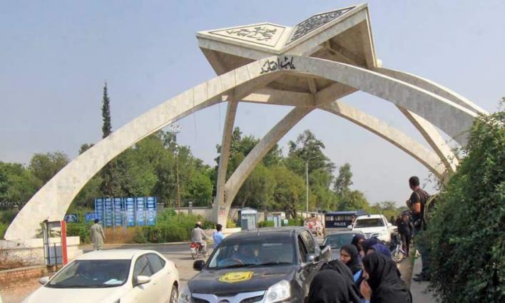 Quaid-e-Azam University (QAU) students provide foods to daily wages labourers