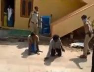 شاھد:  کیف تعتدي شرطة ھندیة علي مجموعة ..