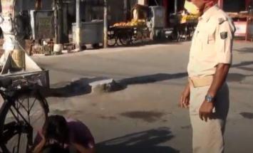 شاھد : شرطة ھندیة تجبر الناس علي ممارسة ..