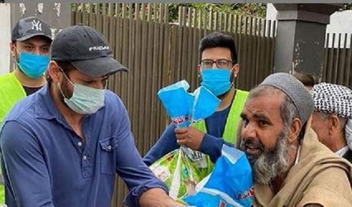 Shahid Afridi distributes ration among poor