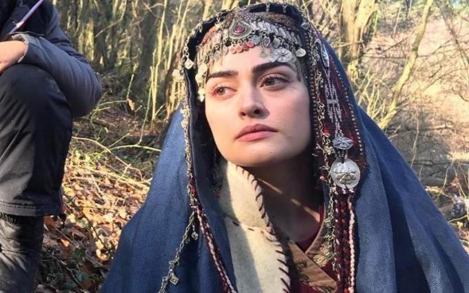 """ممثلة ترکیة """" اسراء بیلجیتش """" بطلة مسلسل قیامة أرطغرل ترغب في زیارة باکستان"""