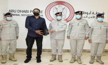 شرطة أبوظبي تكرم متعاوناً لأمانته