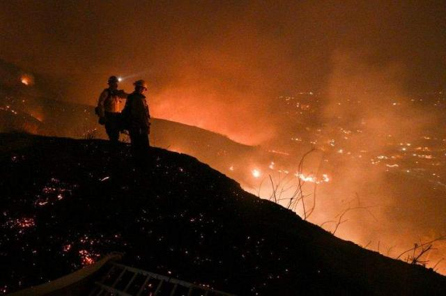 Thousands flee homes near LA as wildfires rage