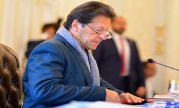 رئیس وزراء باکستان عمران خان یعزي في ..